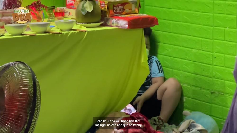 Bé trai 6 tuổi đã mồ côi mẹ, nằm canh bàn thờ không rời nửa bước: