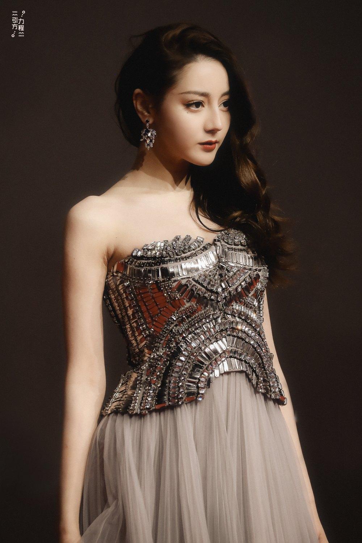 Địch Lệ Nhiệt Ba diện váy dạ hội đẹp như nữ thần - ảnh 4