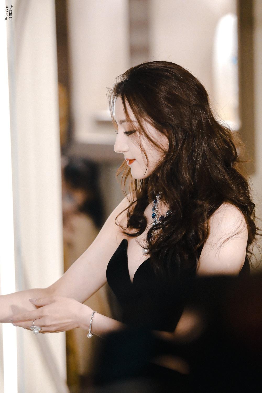 Địch Lệ Nhiệt Ba diện váy dạ hội đẹp như nữ thần - ảnh 1