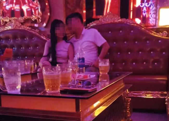 Bắt quả tang chồng đi hát karaoke tay vịn, cô vợ vùng lên ngoạn mục - ảnh 2