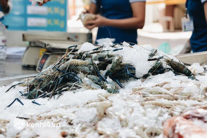 TP.HCM lần đầu họp chợ trên đường phố, người dân phấn khởi đi mua thực phẩm giá bình dân - ảnh 16
