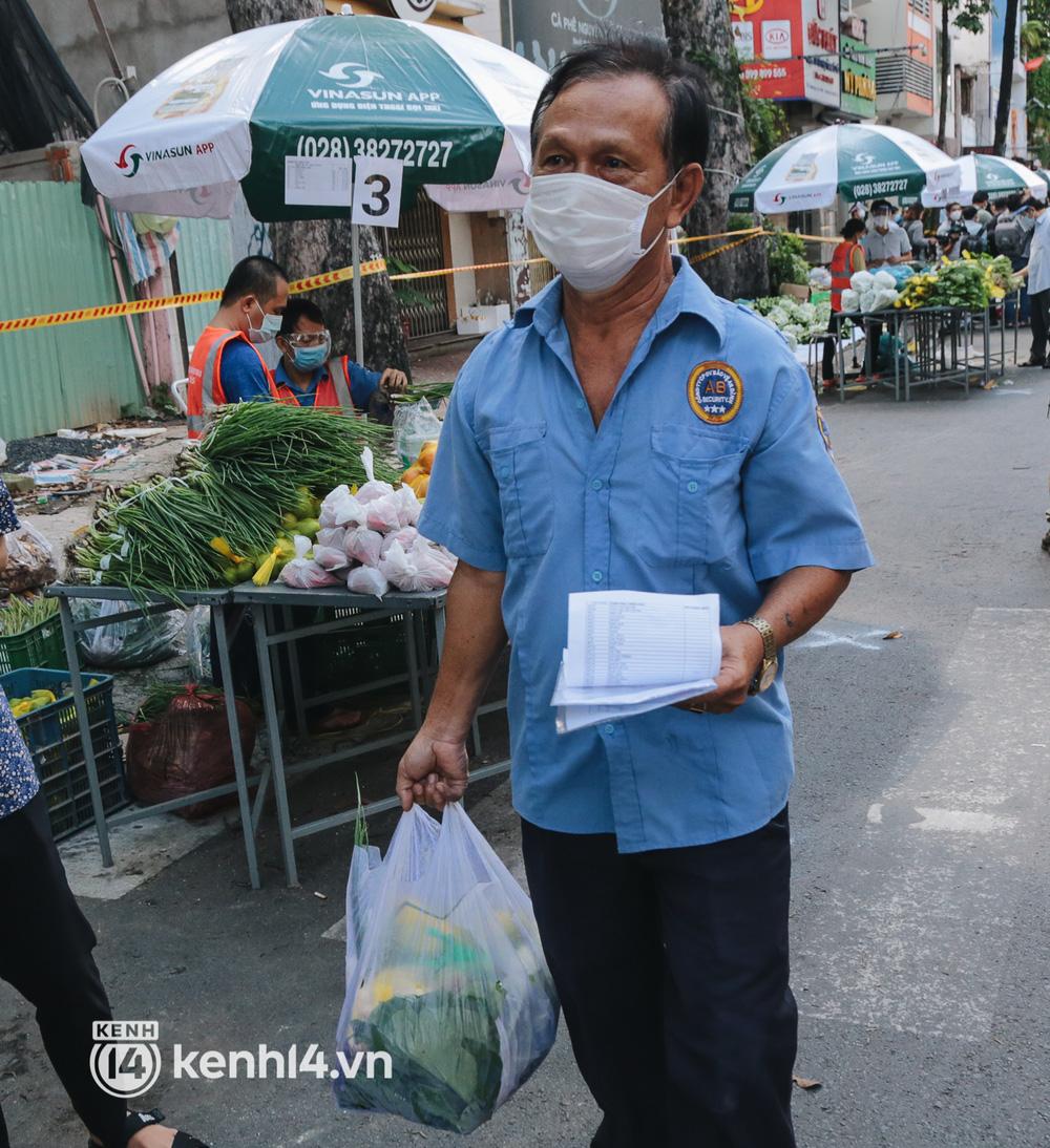 TP.HCM lần đầu họp chợ trên đường phố, người dân phấn khởi đi mua thực phẩm giá bình dân - ảnh 18
