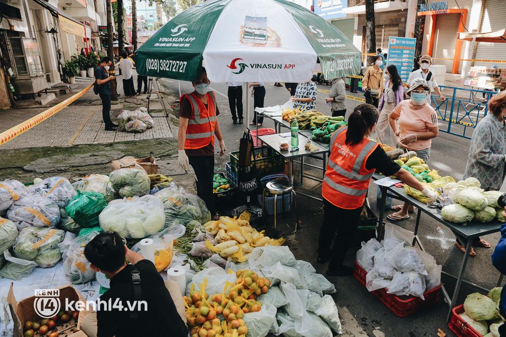 TP.HCM lần đầu họp chợ trên đường phố, người dân phấn khởi đi mua thực phẩm giá bình dân - ảnh 12