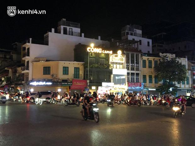 Người dân Hà Nội đổ ra đường đón Tết Trung thu đặc biệt giữa dịch Covid-19 - ảnh 19