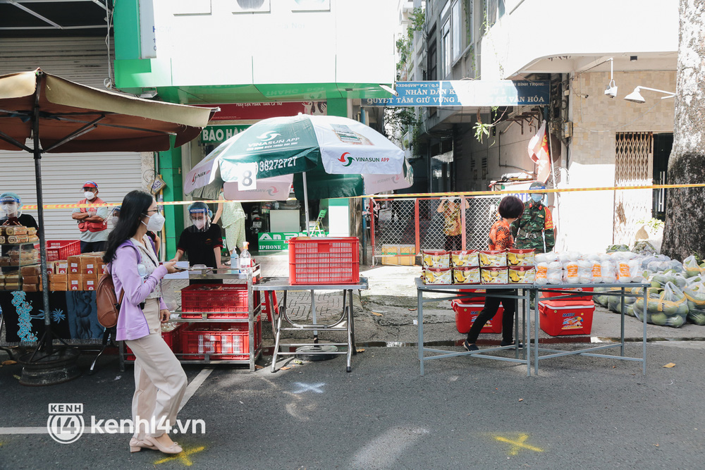 TP.HCM lần đầu họp chợ trên đường phố, người dân phấn khởi đi mua thực phẩm giá bình dân - ảnh 8