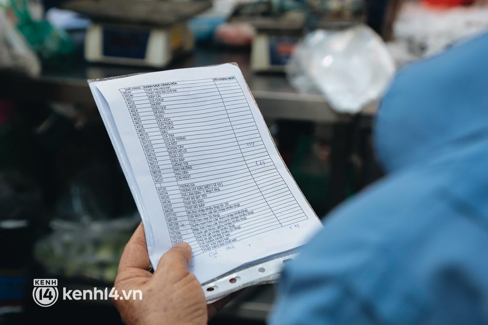 TP.HCM lần đầu họp chợ trên đường phố, người dân phấn khởi đi mua thực phẩm giá bình dân - ảnh 10