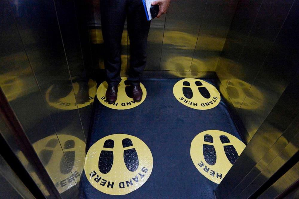 Cách tránh lây nhiễm COVID-19 trong thang máy dân văn phòng cần biết - ảnh 2