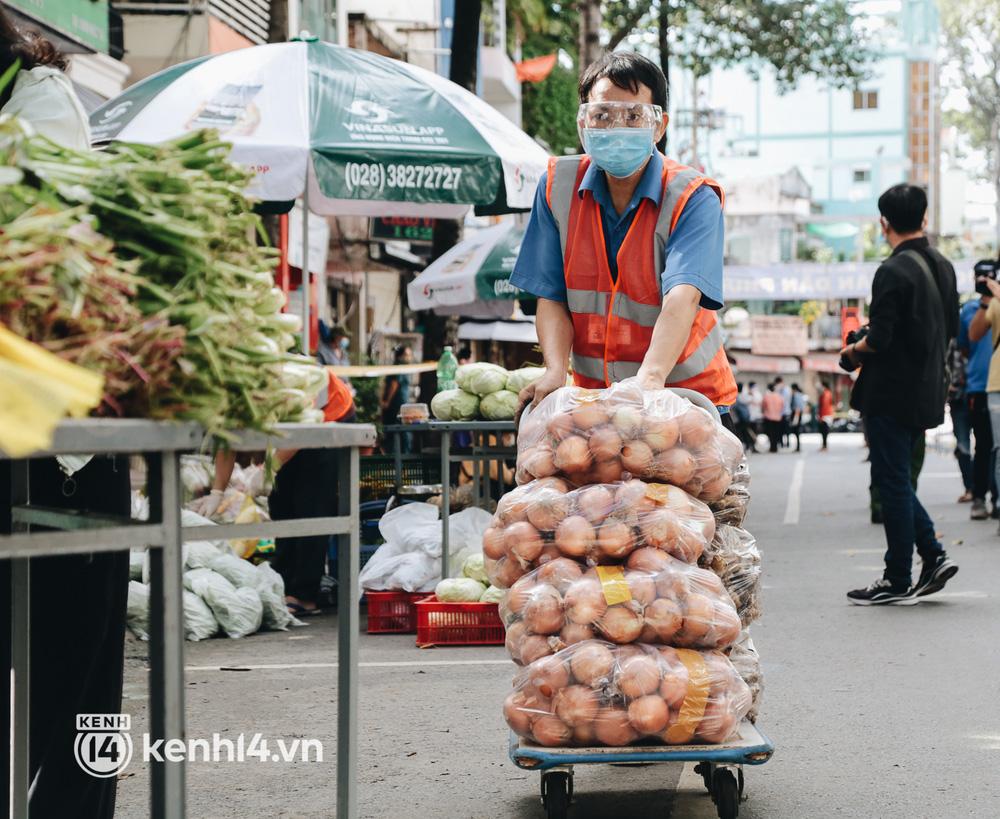 TP.HCM lần đầu họp chợ trên đường phố, người dân phấn khởi đi mua thực phẩm giá bình dân - ảnh 9
