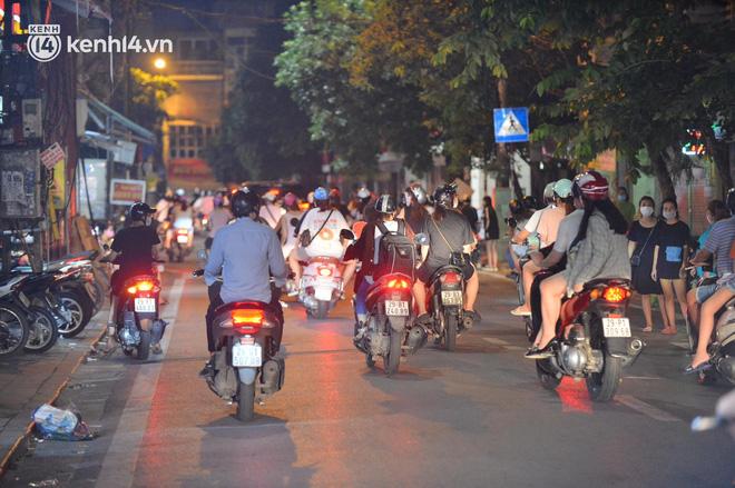 Người dân Hà Nội đổ ra đường đón Tết Trung thu đặc biệt giữa dịch Covid-19 - ảnh 8