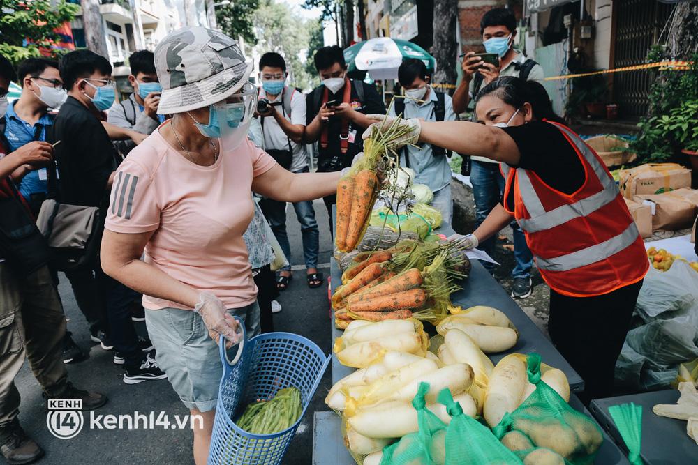 TP.HCM lần đầu họp chợ trên đường phố, người dân phấn khởi đi mua thực phẩm giá bình dân - ảnh 14