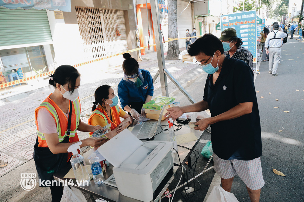 TP.HCM lần đầu họp chợ trên đường phố, người dân phấn khởi đi mua thực phẩm giá bình dân - ảnh 19