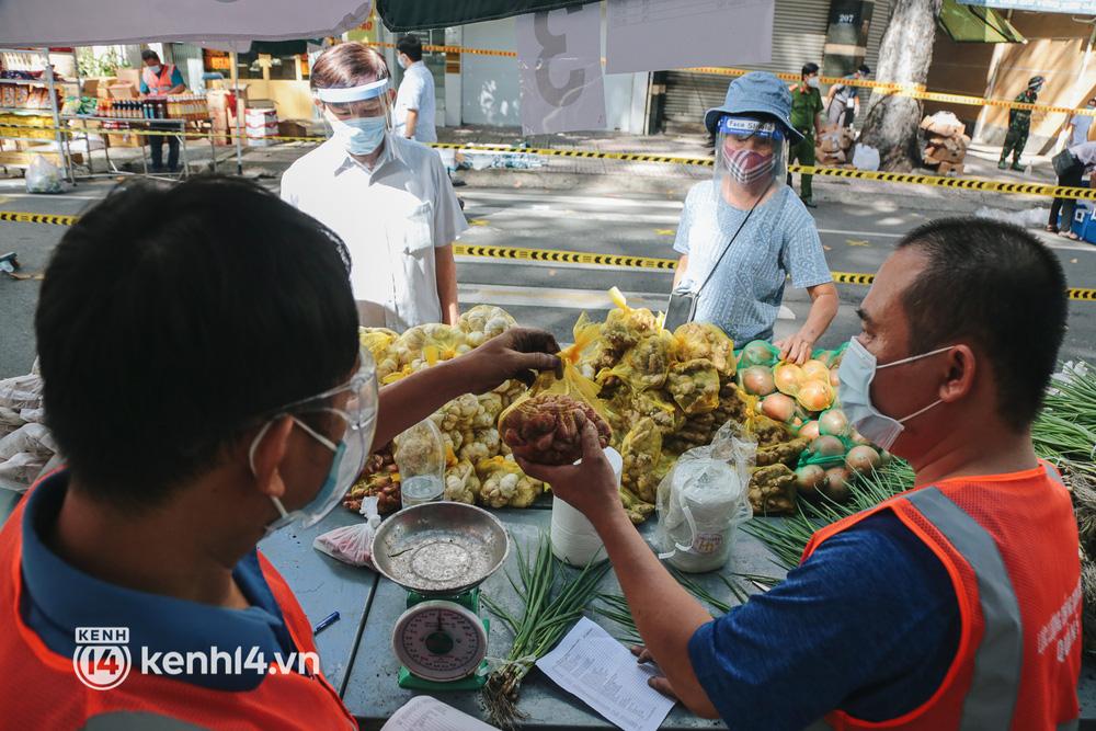 TP.HCM lần đầu họp chợ trên đường phố, người dân phấn khởi đi mua thực phẩm giá bình dân - ảnh 13