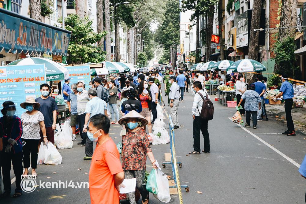 TP.HCM lần đầu họp chợ trên đường phố, người dân phấn khởi đi mua thực phẩm giá bình dân - ảnh 20