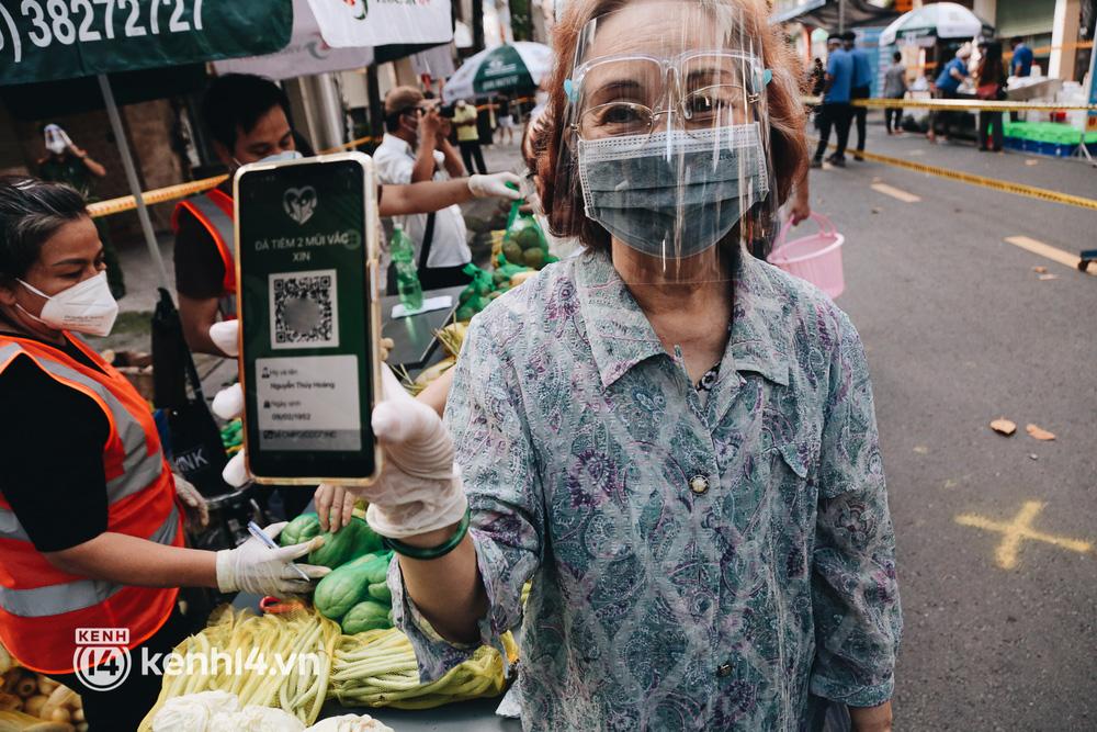 TP.HCM lần đầu họp chợ trên đường phố, người dân phấn khởi đi mua thực phẩm giá bình dân - ảnh 3