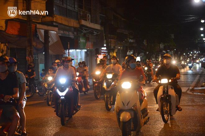 Người dân Hà Nội đổ ra đường đón Tết Trung thu đặc biệt giữa dịch Covid-19 - ảnh 7