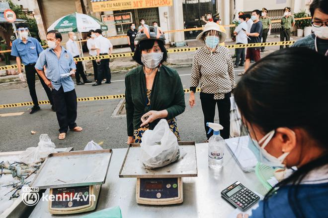 TP.HCM lần đầu họp chợ trên đường phố, người dân phấn khởi đi mua thực phẩm giá bình dân - ảnh 15