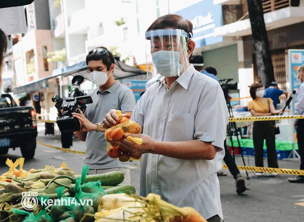 TP.HCM lần đầu họp chợ trên đường phố, người dân phấn khởi đi mua thực phẩm giá bình dân - ảnh 11