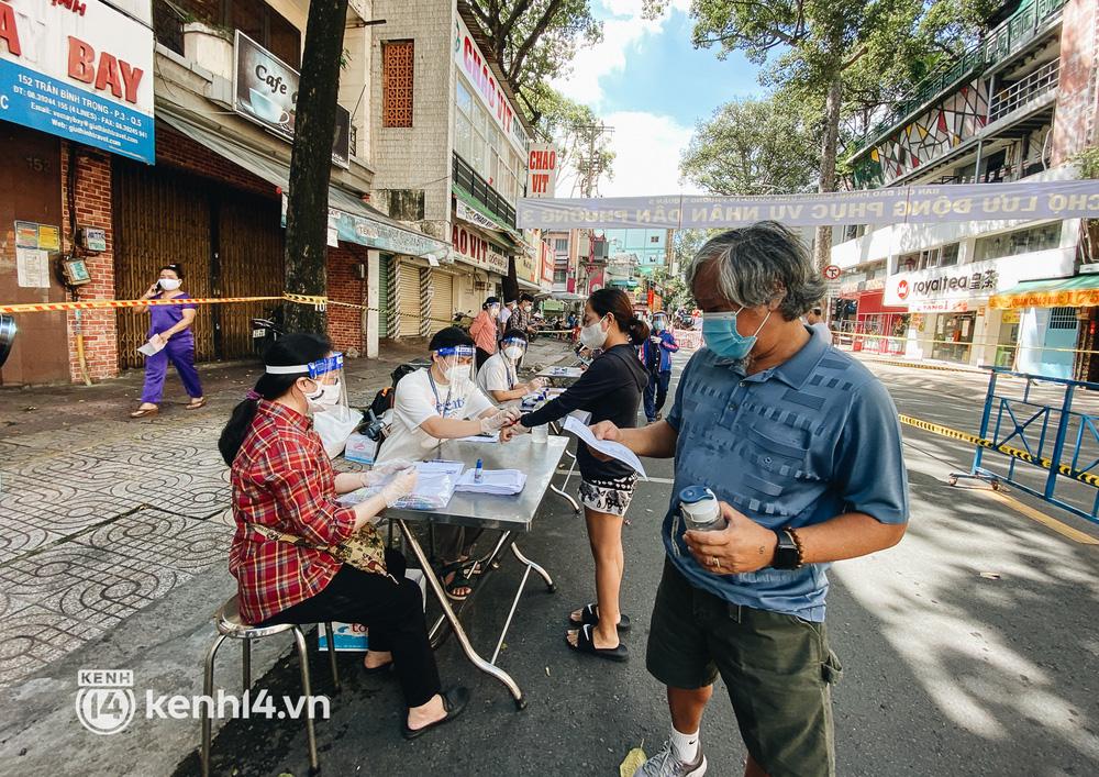 TP.HCM lần đầu họp chợ trên đường phố, người dân phấn khởi đi mua thực phẩm giá bình dân - ảnh 2