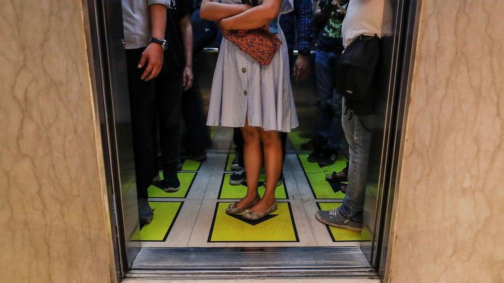 Cách tránh lây nhiễm COVID-19 trong thang máy dân văn phòng cần biết - ảnh 3