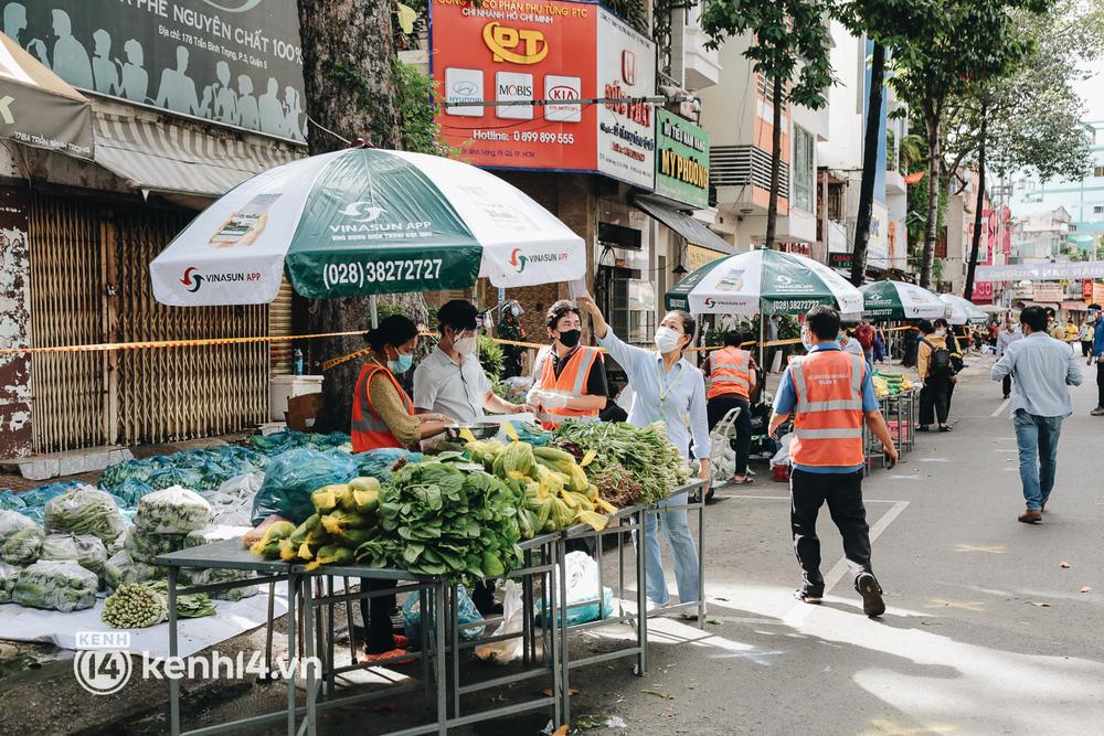 TP.HCM lần đầu họp chợ trên đường phố, người dân phấn khởi đi mua thực phẩm giá bình dân - ảnh 6