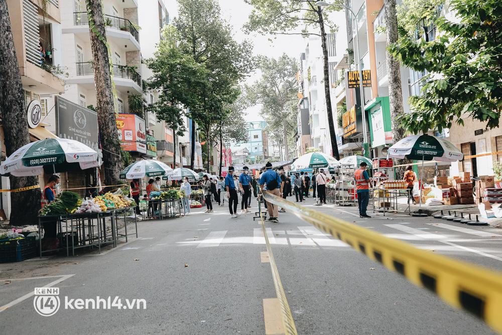TP.HCM lần đầu họp chợ trên đường phố, người dân phấn khởi đi mua thực phẩm giá bình dân - ảnh 4