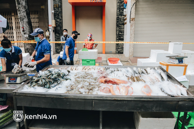 TP.HCM lần đầu họp chợ trên đường phố, người dân phấn khởi đi mua thực phẩm giá bình dân - ảnh 17
