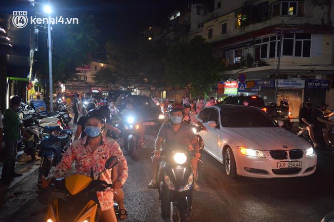 Người dân Hà Nội đổ ra đường đón Tết Trung thu đặc biệt giữa dịch Covid-19 - ảnh 22