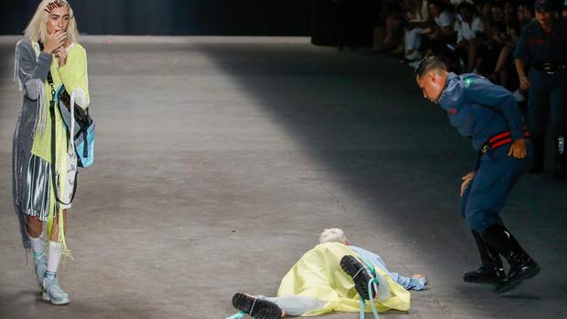 Từng có một người mẫu chết ngay trên sàn diễn thời trang bởi lý do thương tâm - ảnh 3