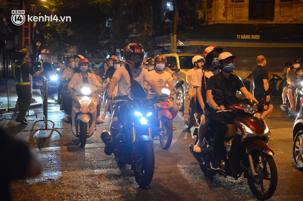 Người dân Hà Nội đổ ra đường đón Tết Trung thu đặc biệt giữa dịch Covid-19 - ảnh 4