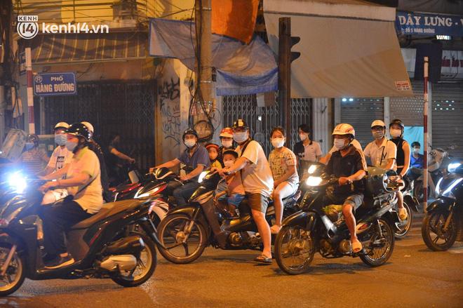 Người dân Hà Nội đổ ra đường đón Tết Trung thu đặc biệt giữa dịch Covid-19 - ảnh 17