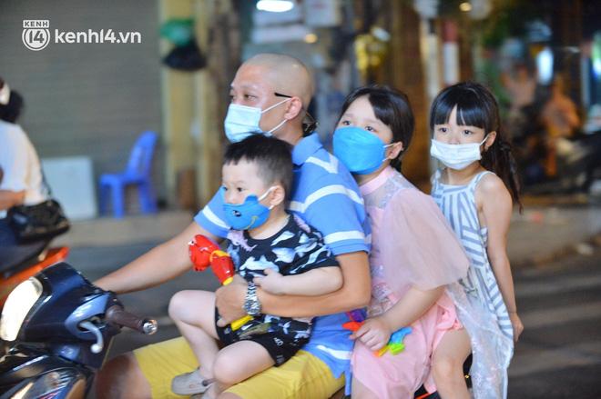 Người dân Hà Nội đổ ra đường đón Tết Trung thu đặc biệt giữa dịch Covid-19 - ảnh 13