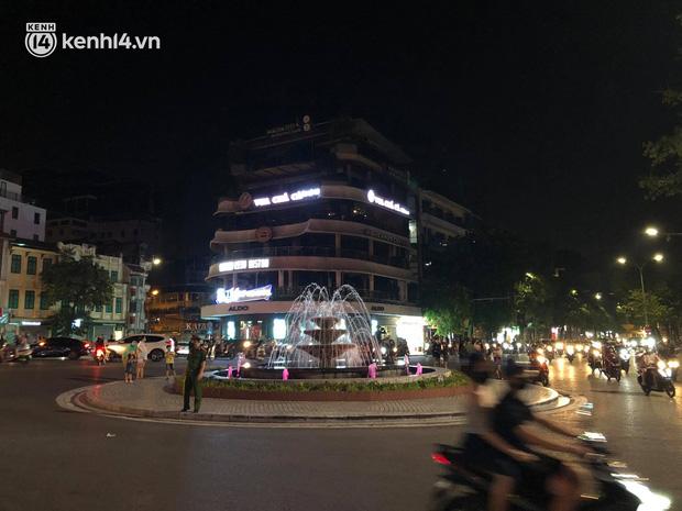 Người dân Hà Nội đổ ra đường đón Tết Trung thu đặc biệt giữa dịch Covid-19 - ảnh 18