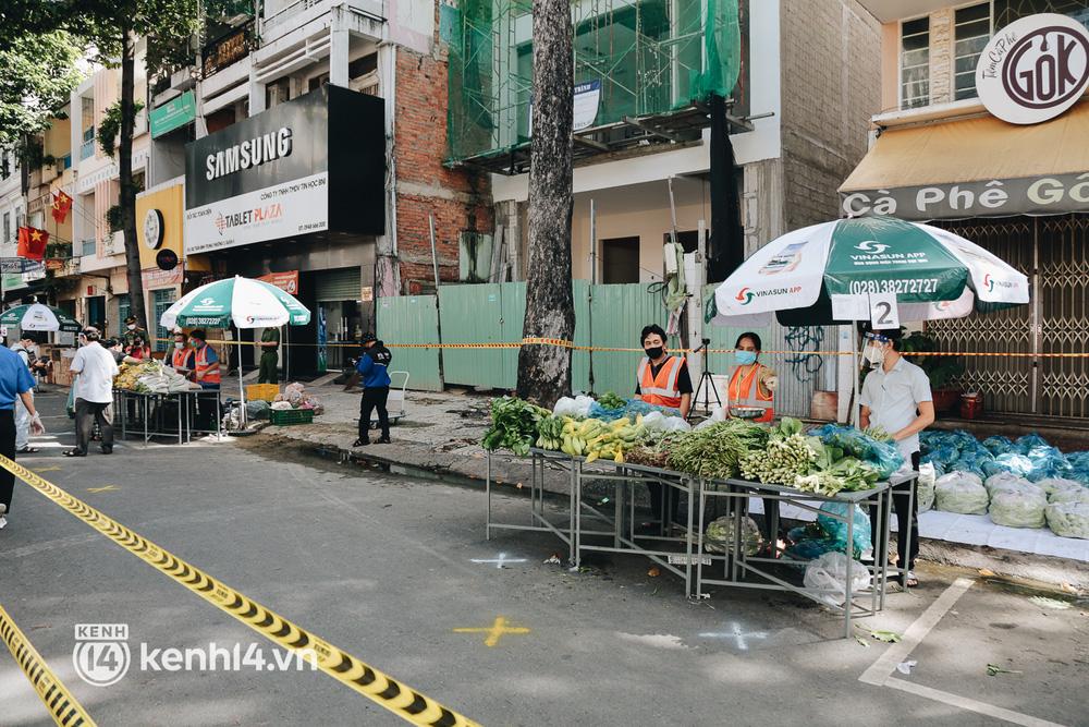 TP.HCM lần đầu họp chợ trên đường phố, người dân phấn khởi đi mua thực phẩm giá bình dân - ảnh 5