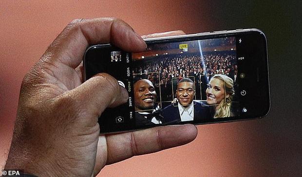 Kiếm bộn tiền mỗi năm nhưng các siêu sao bóng đá này vẫn dùng smartphone loại cũ, máy nghe nhạc ''đời Tống'' - ảnh 4