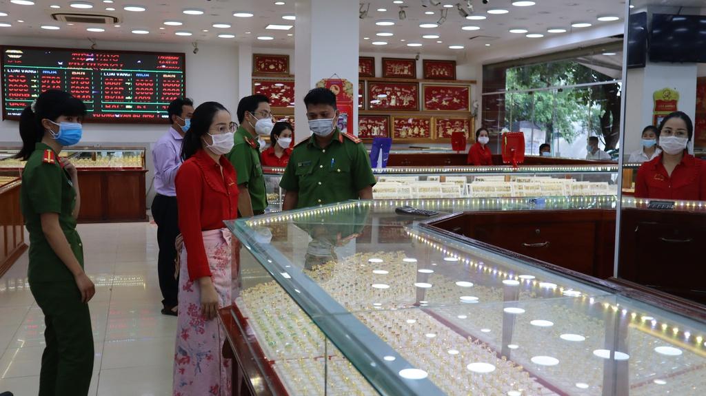 Khởi tố nữ nhân viên tiệm vàng lấy trộm 2.380 chiếc nhẫn ở Bình Phước - ảnh 3