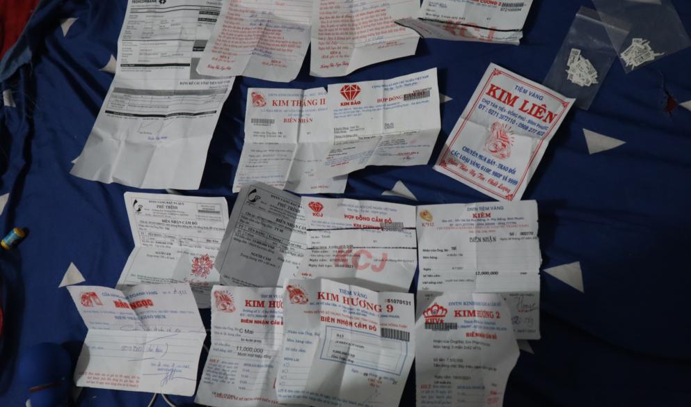 Khởi tố nữ nhân viên tiệm vàng lấy trộm 2.380 chiếc nhẫn ở Bình Phước - ảnh 4