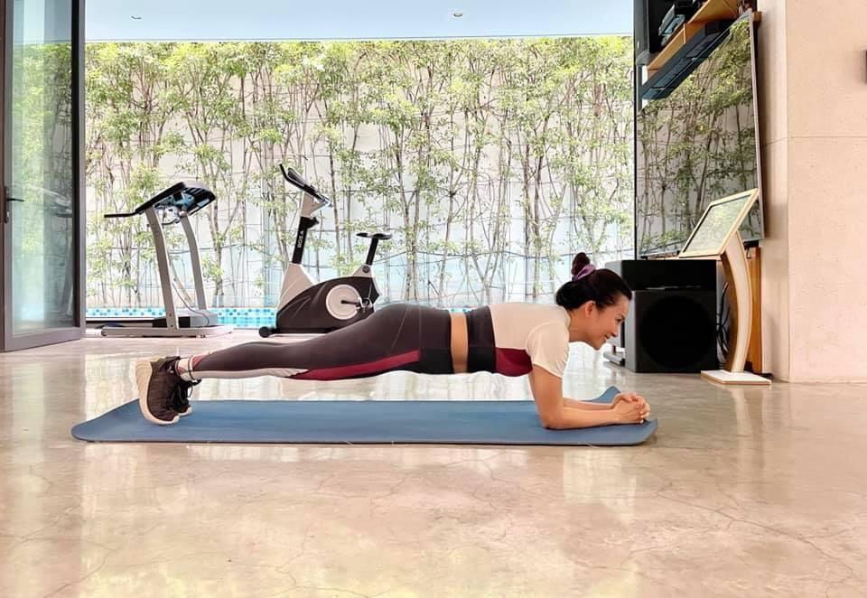 Vợ đại gia của siêu mẫu Bình Minh chăm tập luyện, U50 vẫn nuột nà - ảnh 3