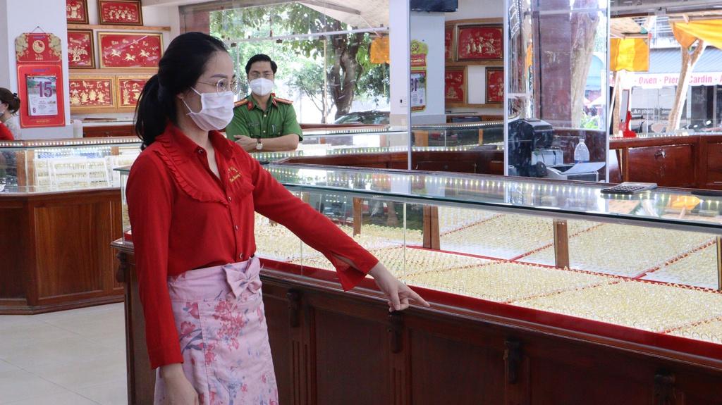 Khởi tố nữ nhân viên tiệm vàng lấy trộm 2.380 chiếc nhẫn ở Bình Phước - ảnh 2