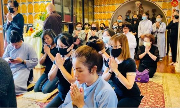 Vừa mắng Hồ Văn Cường ''vô ơn'', Trang Trần đến nhà Phi Nhung cùng gia đình cúng thất thứ 2 cho cố ca sĩ - ảnh 9