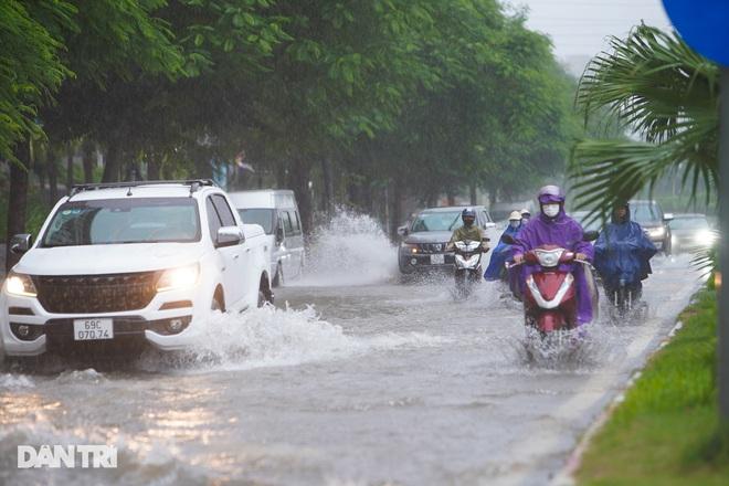 Nhiều tuyến phố ở Hà Nội biến thành sông sau cơn mưa lớn kéo dài - ảnh 12
