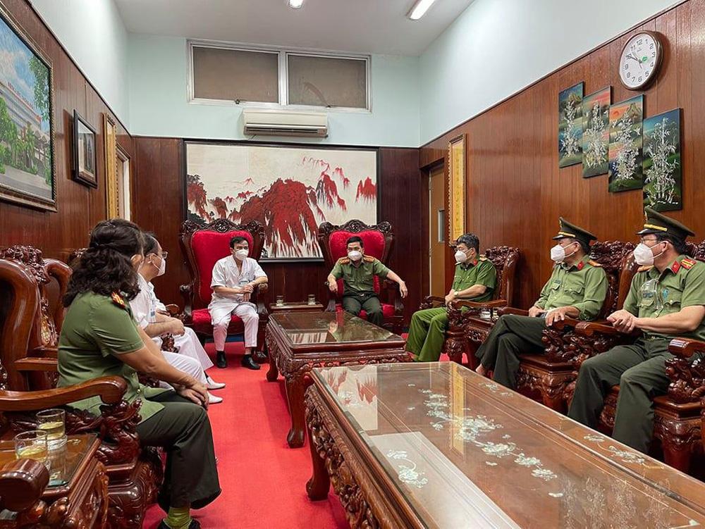 Ban giám đốc Công an TP.HCM thăm Thượng uý Nguyễn Đức Bằng, người bị kẻ nghi ngáo đá đâm trọng thương - ảnh 2