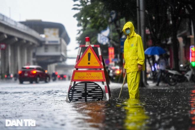 Nhiều tuyến phố ở Hà Nội biến thành sông sau cơn mưa lớn kéo dài - ảnh 14
