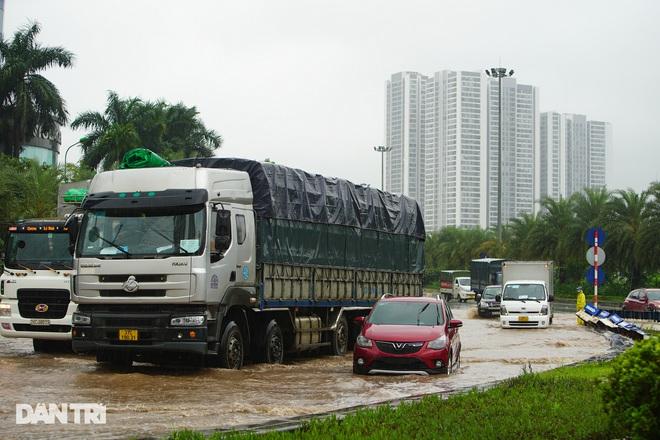 Nhiều tuyến phố ở Hà Nội biến thành sông sau cơn mưa lớn kéo dài - ảnh 6