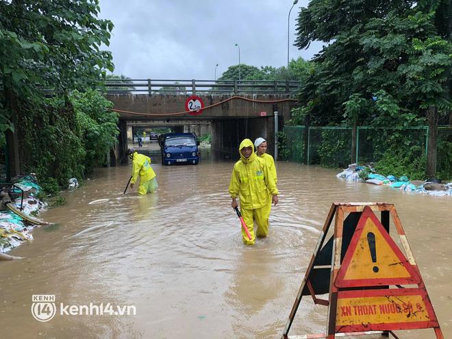 Ảnh: Mưa lớn kéo dài do ảnh hưởng của bão số 7, nhiều nơi ở Hà Nội ngập sâu, người dân chật vật di chuyển - ảnh 17