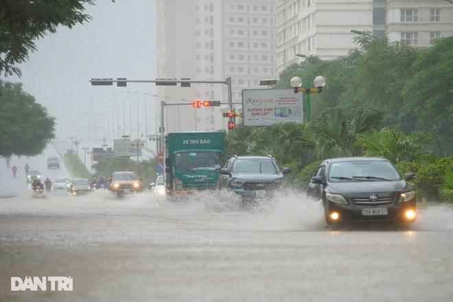 Nhiều tuyến phố ở Hà Nội biến thành sông sau cơn mưa lớn kéo dài - ảnh 11