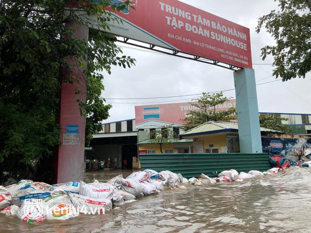 Ảnh: Mưa lớn kéo dài do ảnh hưởng của bão số 7, nhiều nơi ở Hà Nội ngập sâu, người dân chật vật di chuyển - ảnh 13