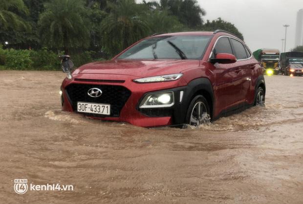 Ảnh: Mưa lớn kéo dài do ảnh hưởng của bão số 7, nhiều nơi ở Hà Nội ngập sâu, người dân chật vật di chuyển - ảnh 5