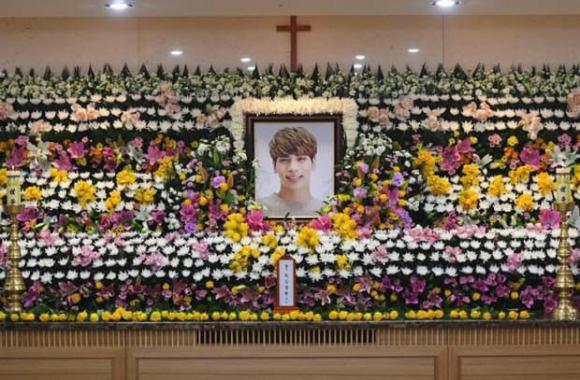 Ca sĩ người Mỹ gây tranh cãi vì chế ảnh tang lễ idol quá cố Jonghyun (SHINee) ''câu like'' cho tour - ảnh 2