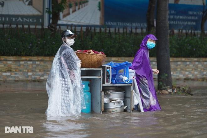 Nhiều tuyến phố ở Hà Nội biến thành sông sau cơn mưa lớn kéo dài - ảnh 4