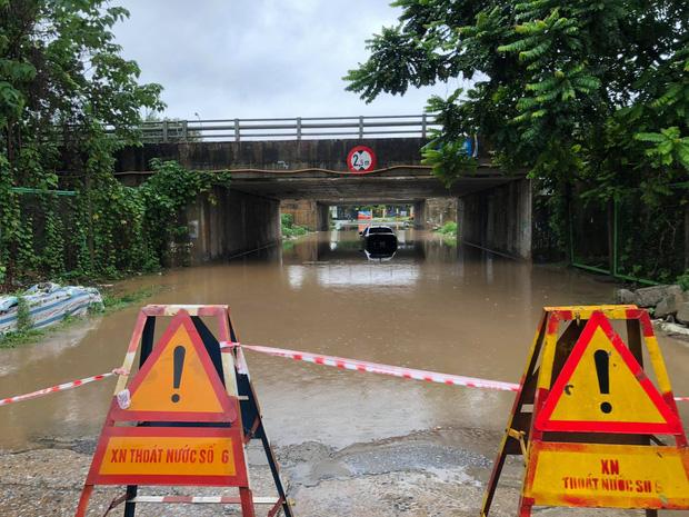Ảnh: Mưa lớn kéo dài do ảnh hưởng của bão số 7, nhiều nơi ở Hà Nội ngập sâu, người dân chật vật di chuyển - ảnh 15